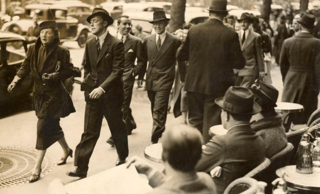 Prinses Juliana en prins Bernhard wandelen over een boulevard in Parijs (1937)